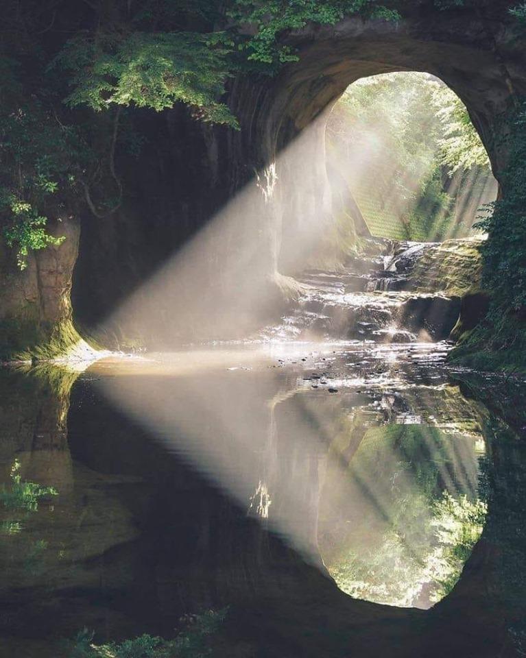 Détachement de Traumatismes® Hypnose PNL Coaching rayons de soleil tombant dans une grotte remplis d'eau